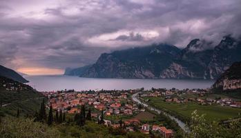 panoramautsikt över kvällen vid torbole, lago di garda, trentino, italien foto