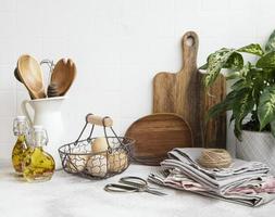 köksredskap, verktyg och porslin på på den vita kakelväggen. foto