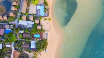 Flygfoto ovanifrån, semesterort och strand med smaragdblått vatten på det härliga tropiska havet i Thailand foto