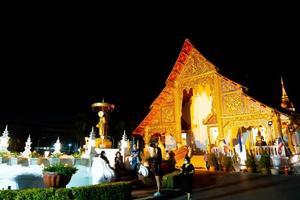 Chiangmai, Thailand - 6 dec 2020 - Wat Phra Singh Waramahavihan, templet innehåller högsta exempel på Lanna-konst. foto