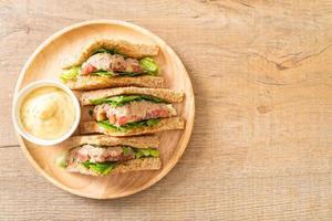 hemlagad tonfisksmörgås foto