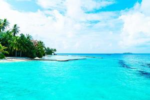 vackra tropiska Maldiverna hotell och ö med strand och hav foto