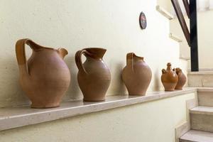 några forntida terra cotta amforor foto