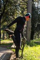 ragzzo gör fysisk aktivitet i parken foto