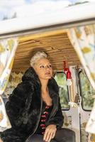 porträtt kort hår blond flicka inuti ett vintage fordon foto