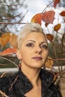 porträtt kort hår blond flicka bland naturen foto
