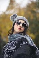 brunett tjej i vinterkläder berg plats foto
