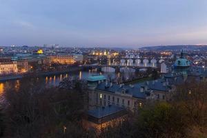 utsikt över Prag på kvällen foto