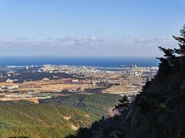 den vackra utsikten från toppen av seoraksanbergen till staden Sokcho. Sydkorea foto