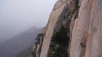 klippan och dimman i Seoraksanbergen, Sydkorea foto