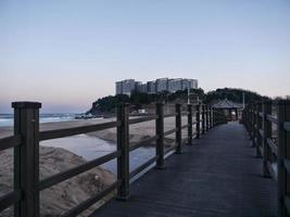 vy till sokcho beach och japanska havet från den lilla bron foto