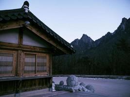 asiatiska hus i sinheungsa-templet. Seoraksan nationalpark. Sydkorea foto