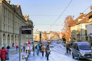 gatubild i bern i schweiz under vintern foto