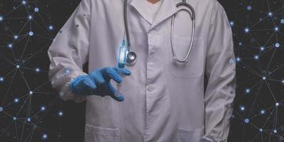 läkare som håller sprutor förbereder sig för att behandla människor över hela världen 3d illustration foto
