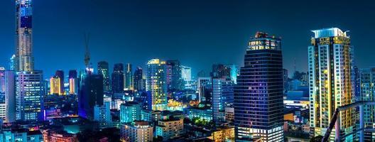 bangkok. skyline i huvudstaden bangkok som lyser och skyskrapor på natten foto