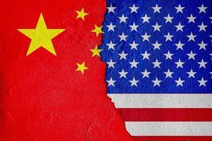 USA: s flagga och Kinas flagga och den ekonomiska striden målar på spruckna väggar blandade medier foto