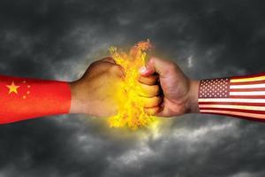 USA: s flagga och Kinas flagga och den ekonomiska kampen målad på näven eller handblandade medier foto