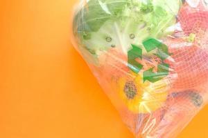 återvunna pilar tecken på en shoppingpåse med grönsaker foto