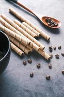 rånchoklad, kaffebönor och kaffemugg på bordet, foto