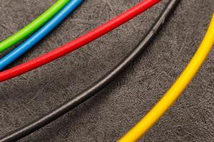bitar av färgade elektriska ledningar foto