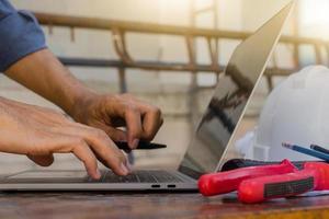 närbild hand med hjälp av datorteknik designprocess byggnadskonstruktion foto