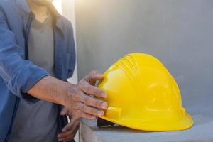 ingenjör som håller hjälm på byggarbetsplatsen foto