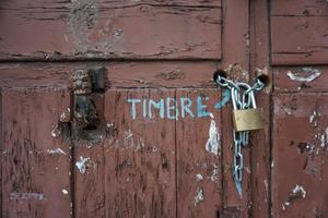 gammal övergiven trädörr foto