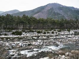 berg flod i bergen i seoraksansouth korea foto