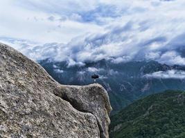 telefon på en trepod på höga bergstopp. Seoraksan nationalpark. Sydkorea foto