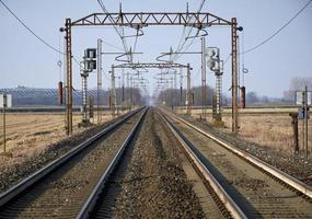 perspektivvy av en järnväg på landsbygden. foto