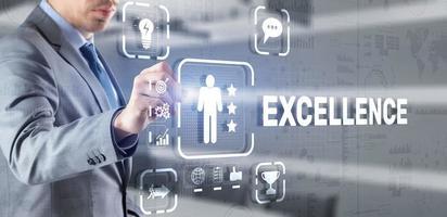 excellenskoncept. service av hög kvalitet. affärsman pressar excellens virtuell skärm foto