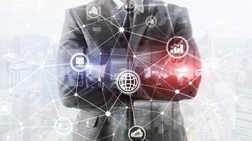 ICT - informations- och telekommunikationsteknik och IOT - Internet of Things-koncept. diagram med ikoner på serverrumsbakgrunder. foto