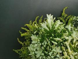 inredning och blomsterarrangemang med naturliga blommor foto