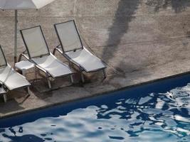 bakgrund för sommarsemester och hotell med pool foto