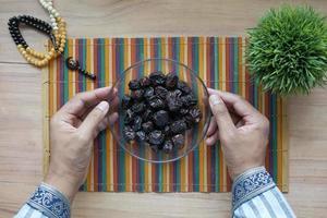 ovanifrån av färsk dadelfrukt i en skål på bordet foto