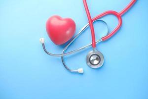 hjärta form symbol och stetoskop på blå bakgrund foto