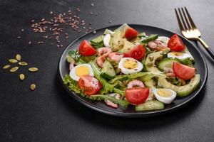 sallad med räkor, avokado, gurka, pumpafrön och linfrön med olivolja foto