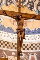 träkrucifix med handskuren jesus foto