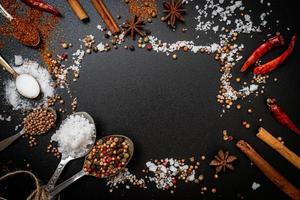 en uppsättning kryddor och örter med sked foto