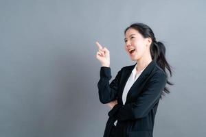 vacker och ung asiatisk kvinna tänker foto