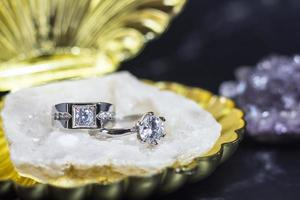 närbild av förlovnings diamantring. kärlek och bröllop koncept foto