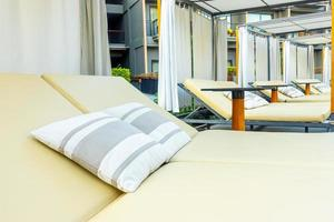 paraply och stol soffa runt utomhuspool i hotellort för resor semester semester foto