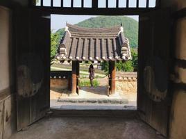 flicka i den traditionella bågen i naksansa-templet, Sydkorea foto