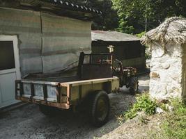 liten traktor i en traditionell by i Sydkorea foto
