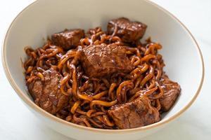 jjapaguri eller chapaguri, koreanska svarta bönor kryddiga nudlar med nötkött foto