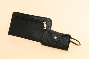 svart läderhandväska och svart läderkortsväska foto