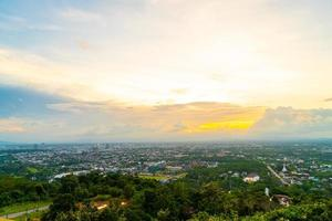 hatt yai stadshorisont med skymningshimmel vid songkhla i thailand foto