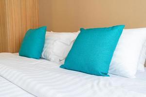 vackra och bekväma kuddar dekoration på sängen i sovrummet foto
