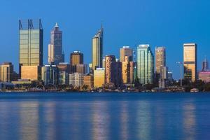 horisont av perth vid svanfloden i västra australien foto