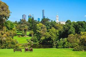 kungliga botaniska trädgårdar och Melbourne skyline i Australien foto
